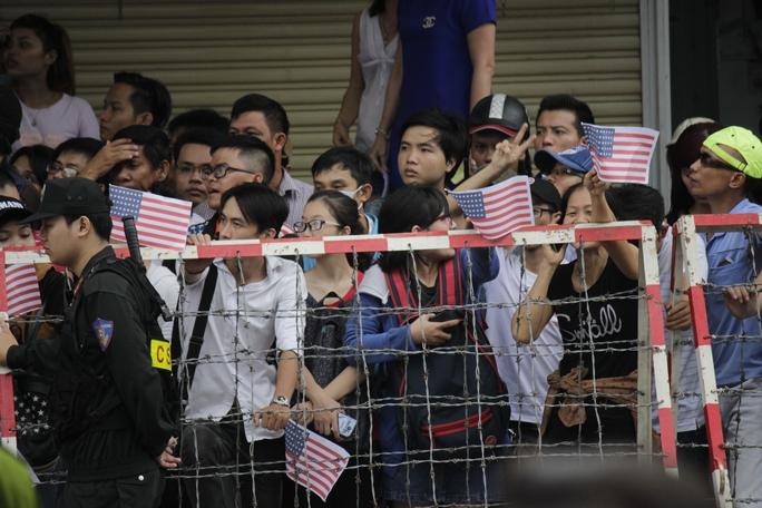 Các bạn trẻ cũng chuẩn bị cờ Mỹ, nôn nóng chờ được thấy Tổng thống Obama.