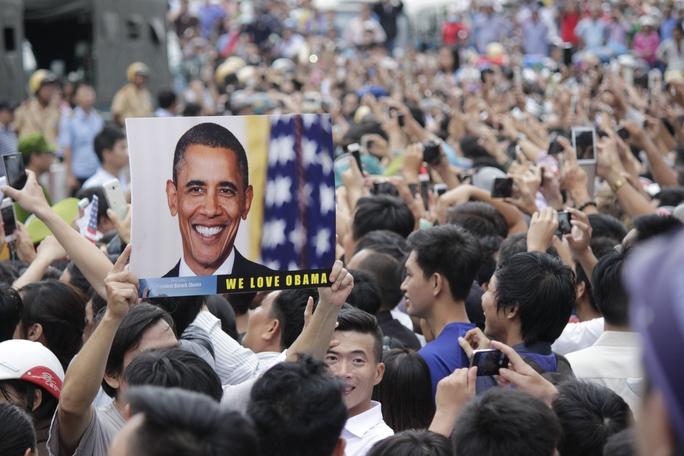 Một tấm hình với dòng chữ: We love Obama được người dân giơ lên cao để thể hiện tình cảm với vị tổng thống này.