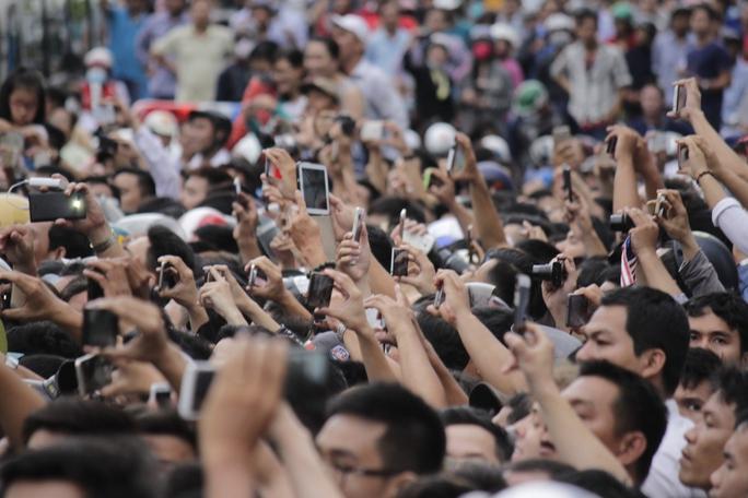 Hàng ngàn chiếc điện thoại, máy ảnh giơ lên khi tổng thống Obama đến. Ai cũng mong chụp được một tấm hình đẹp.