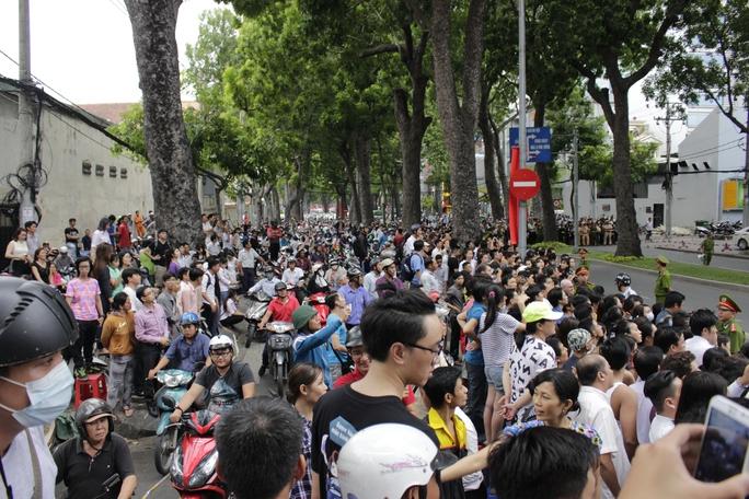 Hàng ngàn người chờ đợi trước tòa nhà Dreamplex (quận 1) khiến đường Tôn Đức Thắng kẹt cứng hoàn toàn.