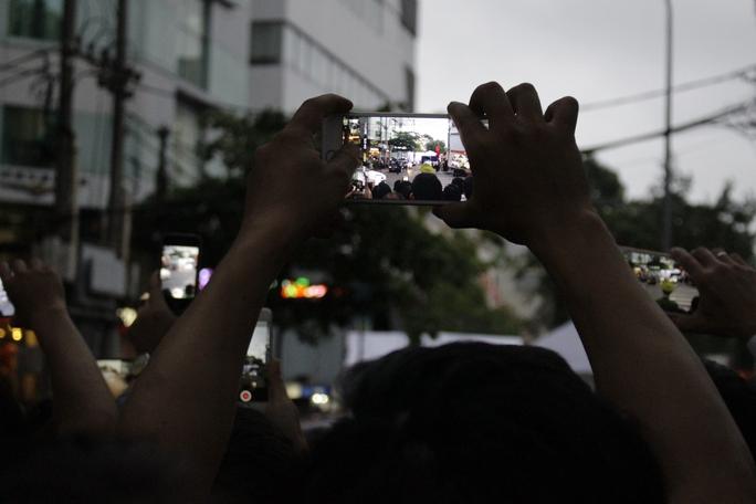 Đến tận tối mịt, hàng ngàn người dân vẫn chờ đợi cho đến khi đoàn xe hộ tống Tổng thống Obama rời đi.