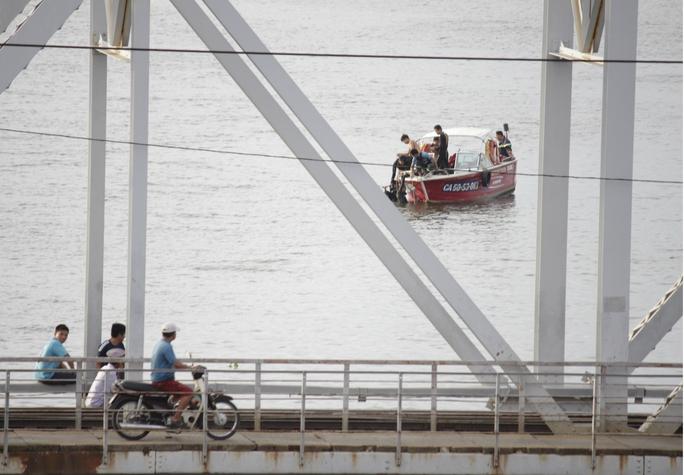 Lực lượng chức năng đang tiến hành tìm kiếm thi thể nạn nhân trong bán kính 500m xung quanh khu vực cầu Bình Lợi cũ.