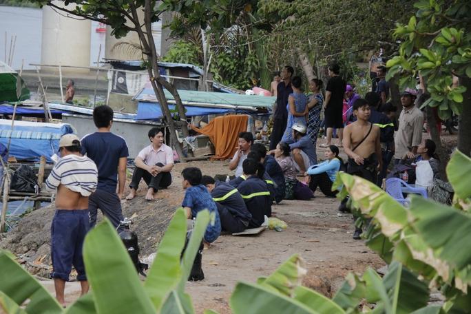 Lực lượng cứu hộ và người dân địa phương có mặt tại hiện trường.