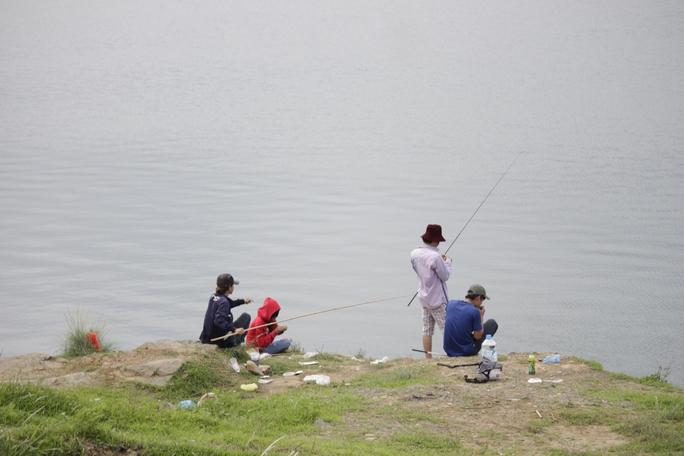 Không chỉ các thanh thiếu niên đang sinh sống, học tập tại làng ĐH Thủ Đức mà các sinh viên ở khu vực nội thành, công nhân làm việc ở TP HCM lẫn Bình Dương rồng rắn kéo về. Trong ảnh: nhiều người dân ở khu vực khác tìm về hồ Đá như một thú vui giải trí.