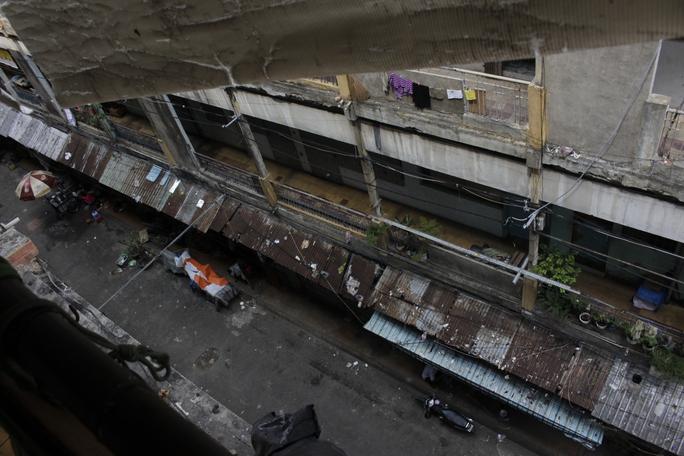 Tương tự tại chung cư Cô Giang (phường Cô Giang, quận 1), do vướng mắc tiền đền bù, hàng trăm hộ dân vẫn còn bám trụ sinh sống trong những lô nhà hư hỏng nặng, có thể sập đổ bất cứ lúc nào.