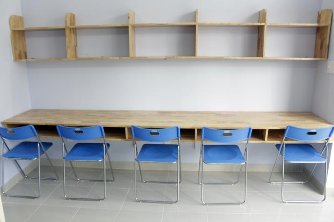 Hệ thống bàn học, kệ sách được bố trí trong phòng phía ban công là không gian học tập thoáng mát, thoải mái cho các bạn sinh viên. Theo kế hoạch, KTX Cỏ May sẽ tuyển 100 tân sinh viên, 100 sinh viên năm nhất năm hai, riêng sinh viên ĐH Nông Lâm sẽ được ưu tiên 20% suất.