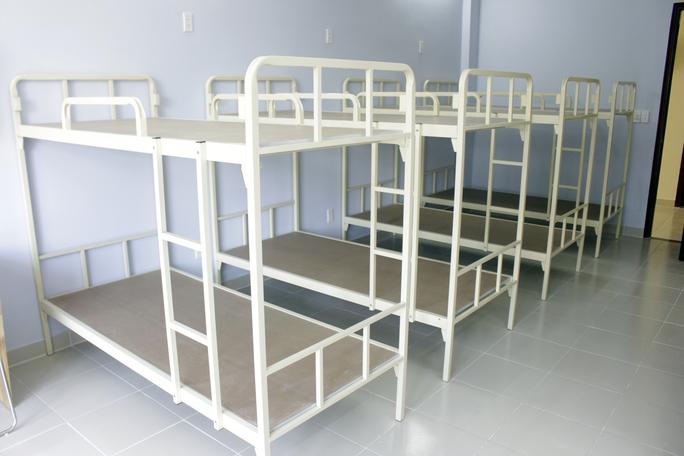 Mỗi phòng có 4 giường đôi. Các sinh viên vào ở sẽ được cấp miễn phí các đồ đạc thiết yếu như mùng, mền, chiếu, gối. Ngoài ra KTX còn dành 32 chỗ phát sinh cho những sinh viên có hoàn cảnh cá biệt.