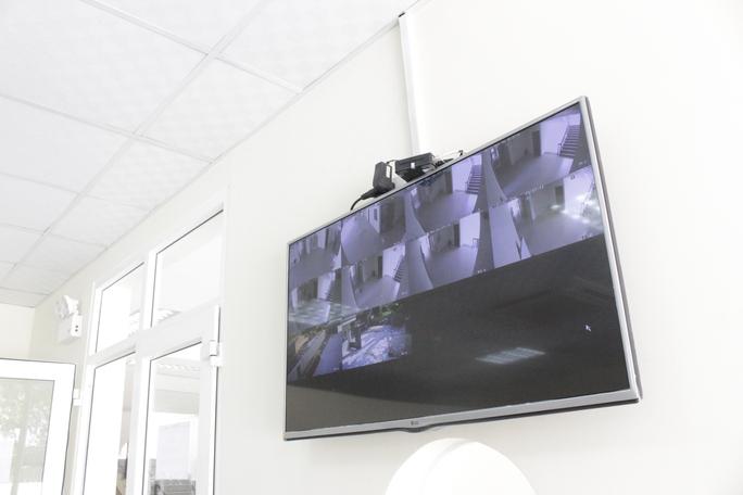 Các tầng lầu đều được gắn camera quan sát an ninh kết nối với Ban quản lý KTX và phòng bảo vệ.