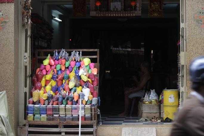 Nhiều hộ gia đình sinh sống quanh khu vực chợ Kim Biên cũng tranh thủ nhập hóa chất từ các cửa hàng lớn về bán lẻ ngay trước cửa nhà để kiếm thêm thu nhập.