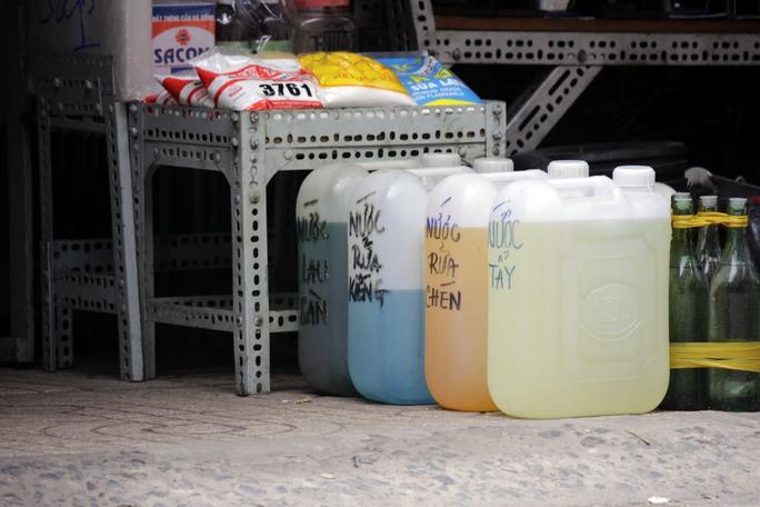 Các loại hóa chất được sử dụng trong sinh hoạt như: nước tẩy rửa, lau sàn, dầu hỏa, bột giặt,... được bày bán công khai ngoài đường, còn các loại hóa chất độc hại cao được cất giữ trong kho, khi khách có nhu cầu mua mới đưa ra.