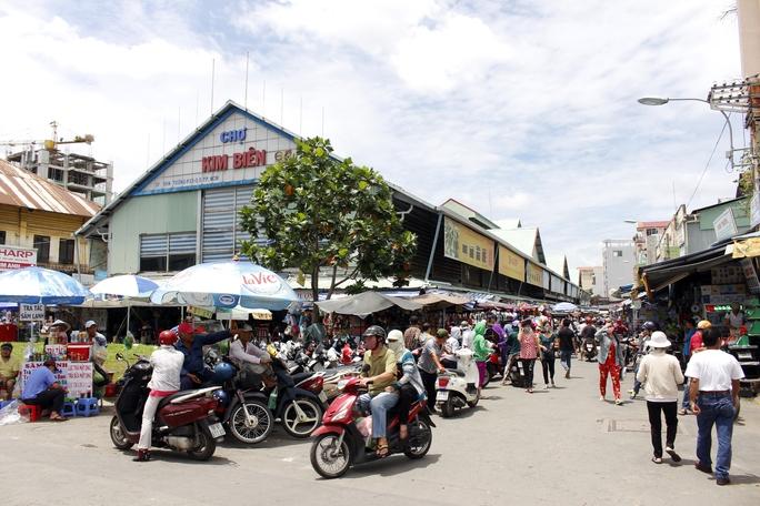 Chợ Kim Biên tọa lạc ở phường 13, quận 5, nằm trong khu vực Chợ Lớn, tồn tại ở đây hơn 50 năm qua.