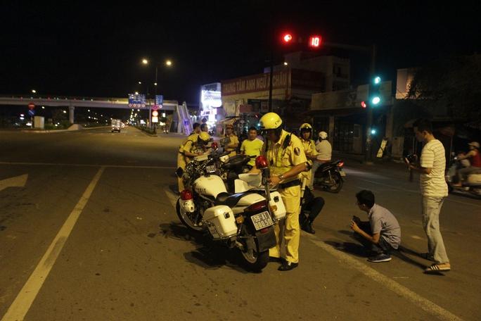 Tối 17-8, Đội Cảnh sát giao thông Tuần tra - Dẫn đoàn (PC67) đã phối hợp cùng lực lượng cảnh sát cơ động khu vực tổ chức đóng chốt trên đường Phạm Văn Đồng (gần khu vực cầu Bình Lợi, quận Bình Thạnh, TP HCM) ra quân kiểm tra nồng độ cồn của người đi xe máy.