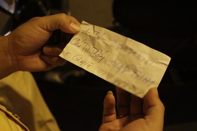 Nhiều người gọi điện thoại cho người thân, thậm chí viết ra số điện thoại những người quen để xin CSGT bỏ qua vi phạm