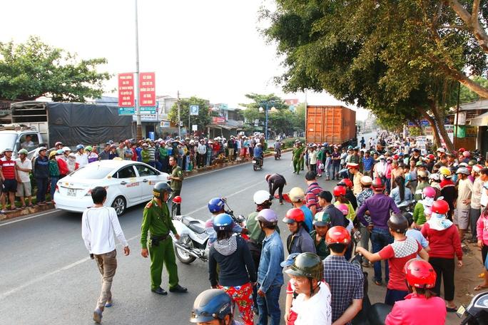 Rất đông người dân tụ tập xem vụ tai nạn