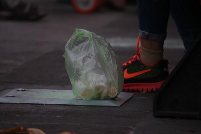 Các bạn trẻ vứt rác bừa bãi ngay dưới phố đi bộ