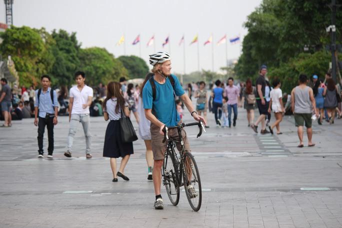Do không được hướng dẫn, không có biển cấm bằng tiếng nước ngoài thông dụng nên du khách này vô tình đạp xe vào phố đi bộ Nguyễn Huệ.