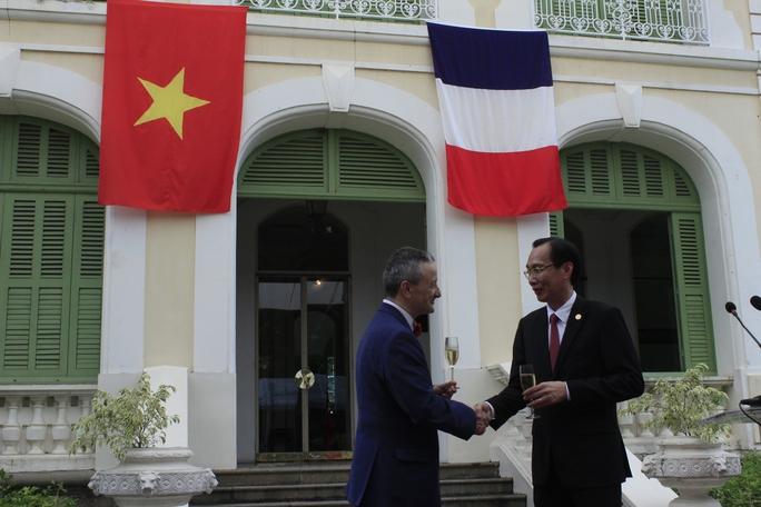 Tổng Lãnh sự Pháp tại TP HCM Emmanuel Ly Batallan (trái) và Phó Chủ tịchỦy ba n Nhân dân TPHCM Lê Thanh Liêm nâng ly mừng lễ kỉ niệm 227 năm ngày Quốc khánh Pháp. Ảnh: Thu Hằng