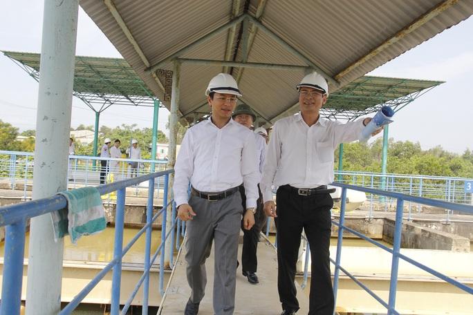 Ông Nguyễn Xuân Anh, Bí thư Thành ủy Đà Nẵng (trái) khảo sát tại nhà máy nước Cầu Đỏ