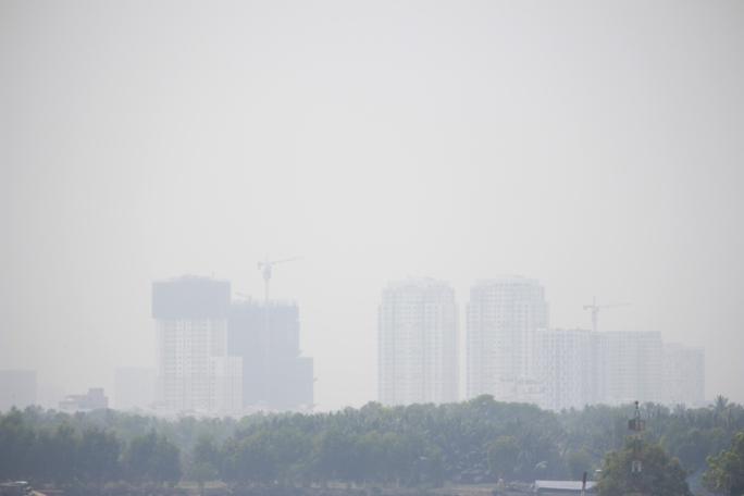 Quận Bình Thạnh nhìn từ cầu Rạch Chiếc chìm trong khói bụi mờ ảo.