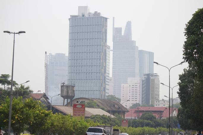 Trung tâm thành phố cũng bị khói bụi ảnh hưởng 1 phần.