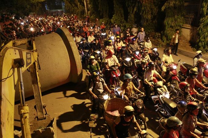 Hình ảnh quen thuộc trên đường Đỗ Xuân Hợp (quận 9) đoạn giáp Xa Lộ Hà Nội mỗi ngày: cả ngàn chiếc xe máy chen chúc.