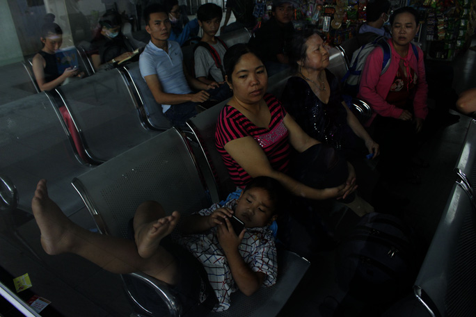 Cô Trần Thị Hóa cho biết cô tranh thủ 3 ngày nghỉ, định đưa con về quê thăm ông bà nhưng giờ phải chịu cảnh ngủ bến xe