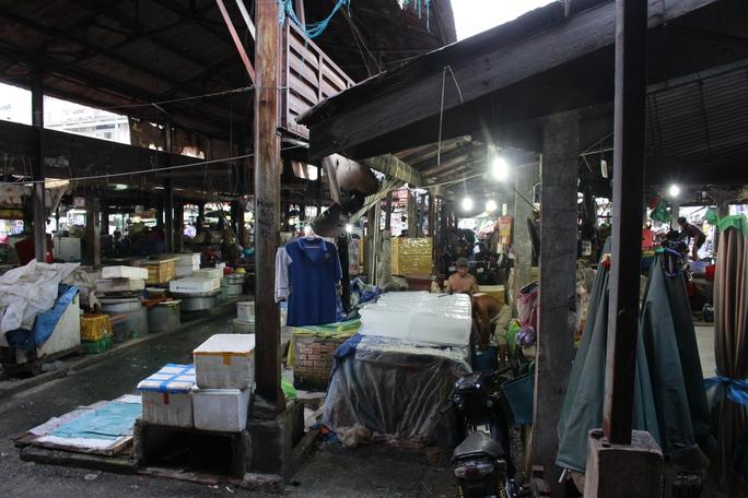 Bên trong chợ được trưng dụng thành nơi sản xuất và bán nước đá.