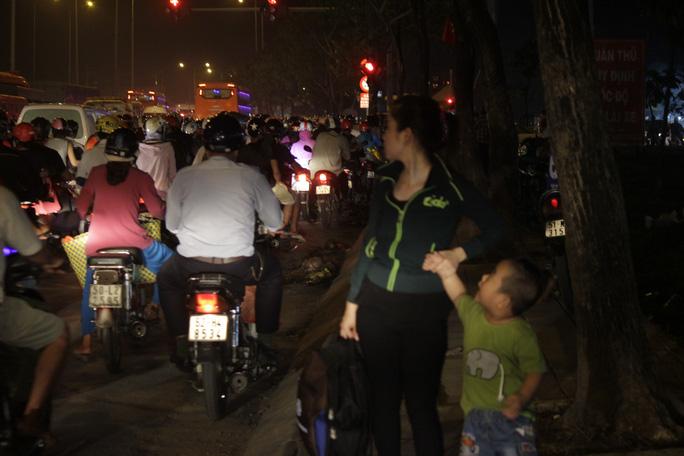 Hôm nay chắc chưa về quê được đâu con! - chị Linh nói với con trai khi đứng trên Quốc lộ 1 khuya 1-9 để đón xe. Để rồi 2 mẹ con phải lủi thủi quay về nhà trọ