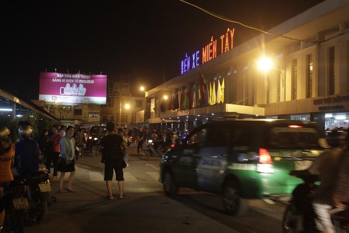 Hơn 23 giờ ngày 1-9, lượng khách đổ về Bến xe Miền Tây để đi chơi lễ ngày càng đông khiến bến xe rơi vào tình trạng quá tải.