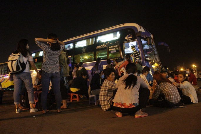Những người mua được vé phải chờ đợi hàng tiếng đồng hồ trong đêm để có thể lên được xe để về quê.