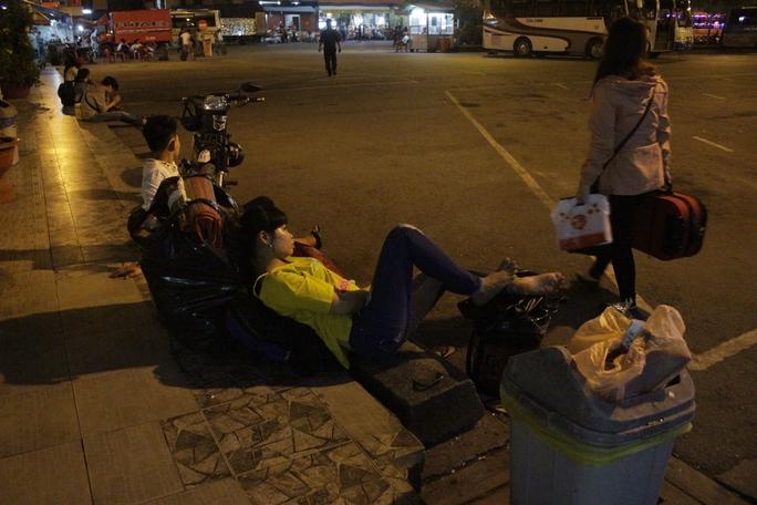 Cảnh người dân nằm vật vạ chờ mua vé để về quê vui lễ. Chị Bảo Quyên cho biết đã có mặt tại bến xe từ 19 giờ ngày 1-9 nhưng đến rạng sáng 2-9 vẫn còn vật vạ chờ mua vé