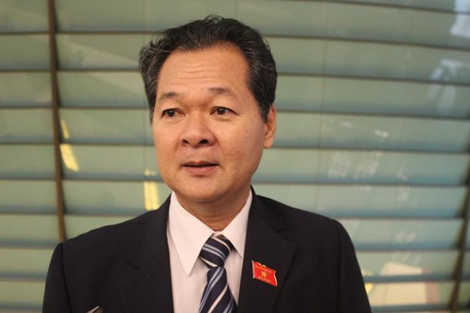 Đại biểu Trương Minh Hoàng (đoàn Cà Mau) trao đổi với báo chí bên hành lang Quốc hội ngày 21-7