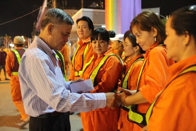 Ông Lê Minh Yến, Chủ tịch LĐLĐ quận 9, TP HCM, tặng quà Tết cho công nhân làm ca đêm