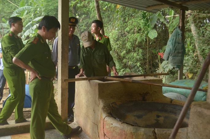 Lực lượng công an kiểm tra lò mỡ bẩn Ảnh: Tấn Ngọc