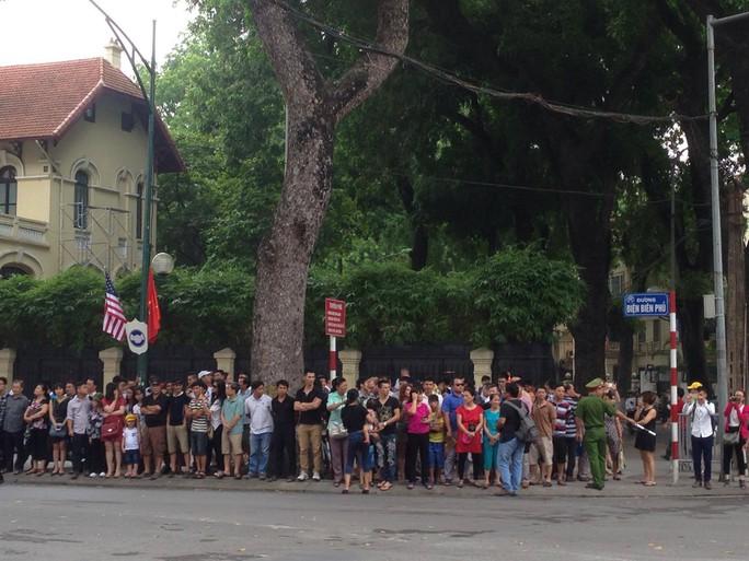 Người dân tập trung đông trên đường Điện Biên Phủ