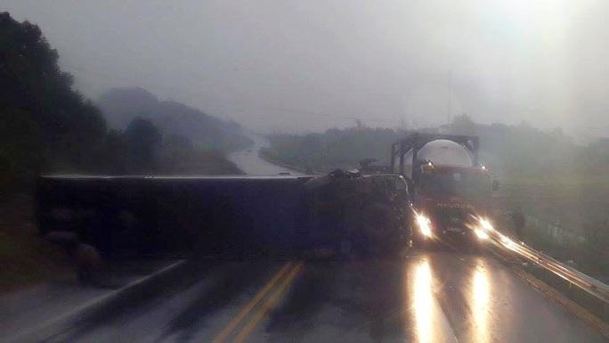 Hiện trường tai nạn khi chiếc xe khách giường nằm mới lật nghiêng, chắn ngang đường cao tốc