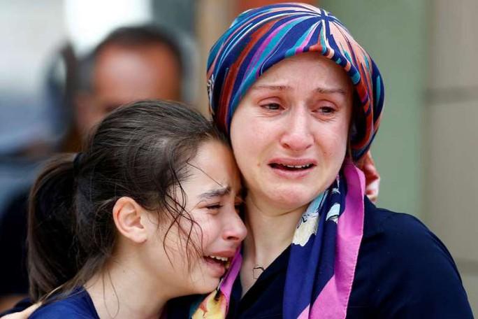 Thân nhân của các nạn nhân than khóc bên ngoài một nhà xác ở TP Istanbul - Thổ Nhĩ Kỳ. Ảnh: REUTERS