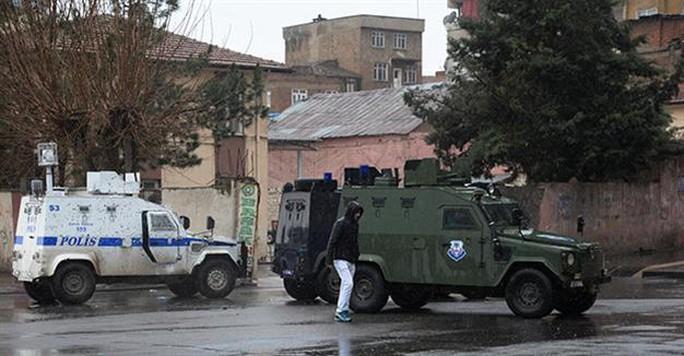 Xe bọc thép và cảnh sát được triển khai ở TP Diyarbakir. Ảnh: DHA