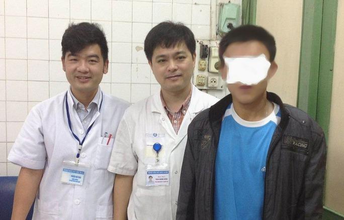 Bệnh nhân T.T.S. (ngoài cùng bên phải) và các bác sĩ - Ảnh bác sĩ cung cấp