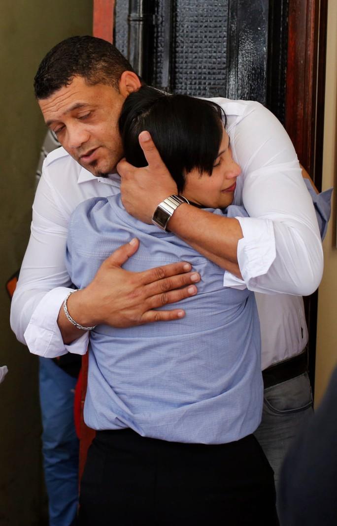Cha mẹ ruột của Zephany bên ngoài phiên tòa xét xử người bắt cóc con gái mình. Ảnh: AP