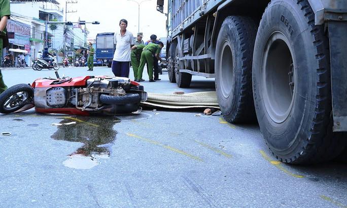 Thi thể ông Lộc nằm dưới bánh xe tải