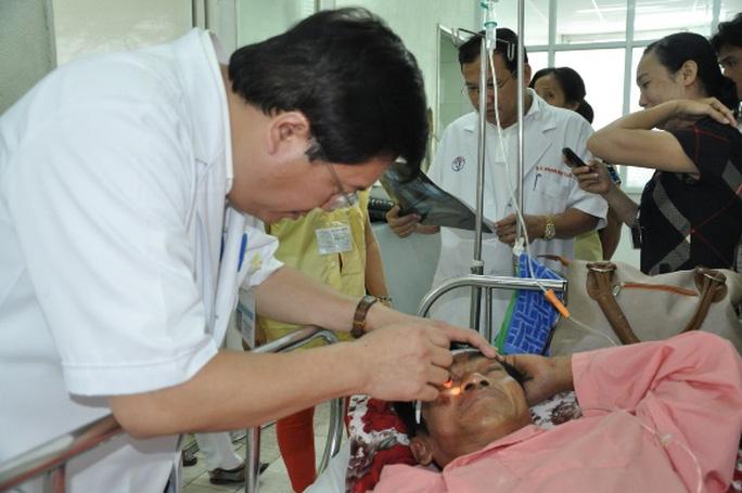 Các bác sĩ đang thăm khám cho ông Nén - Ảnh: Báo Thanh niên