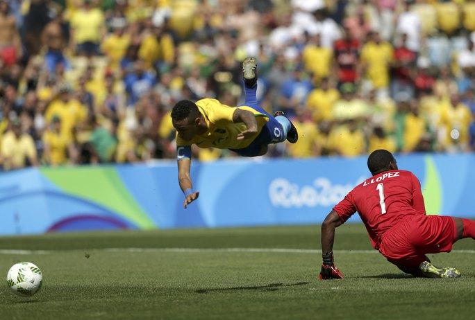 Pha ghi bàn dũng cảm của Neymar đã đi vào lịch sử bóng đá Olympic với tư cách là bàn thắng nhanh nhất