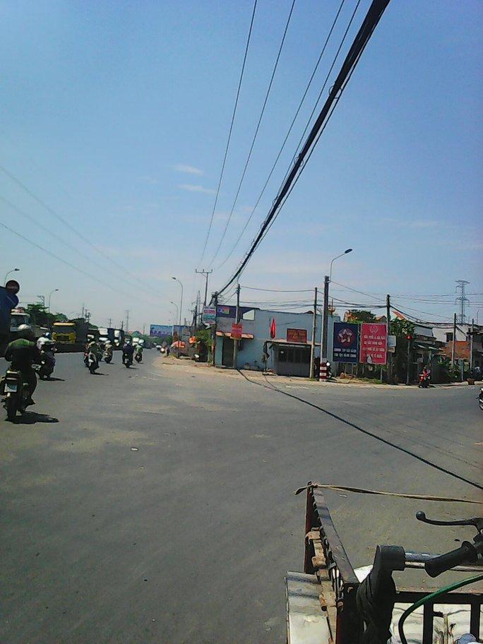 Ngã tư Bình Nhựt, nơi xảy ra vụ tài xế và phụ xe bị côn đồ đánh