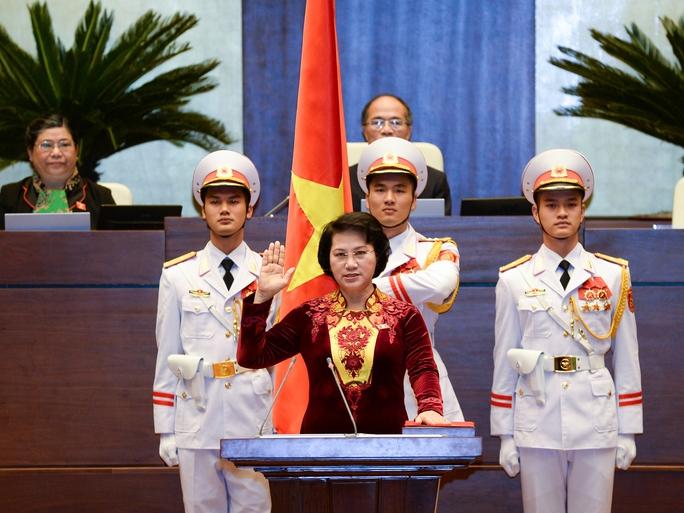 Bà Nguyễn Thị Kim Ngân, tân Chủ tịch Quốc hội, nữ Chủ tịch Quốc hội đầu tiên của nước ta, tuyên thệ nhậm chức - Ảnh: Nguyễn Nam