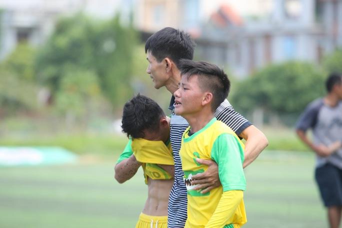 Các cầu thủ Nghệ An khóc sau khi thua đàn anh Đà Nẵng