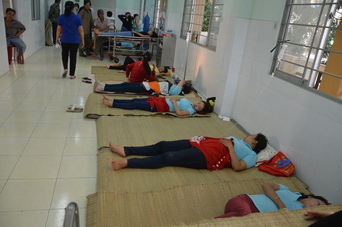Công nhân ngộ độc nằm viện điều trị