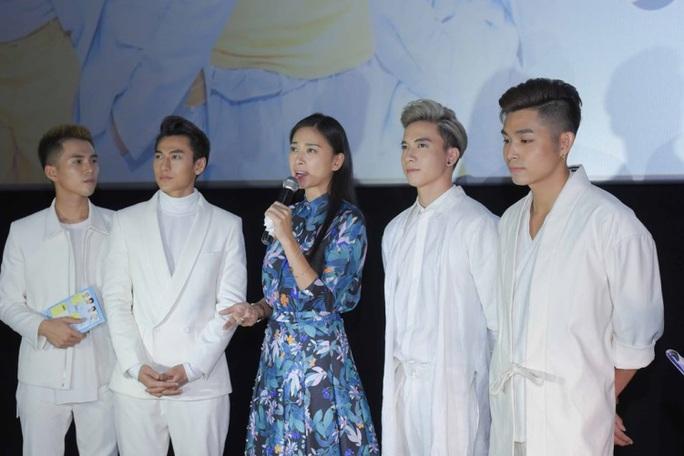 Diễn viên Ngô Thanh Vân và các thành viên của nhóm 365