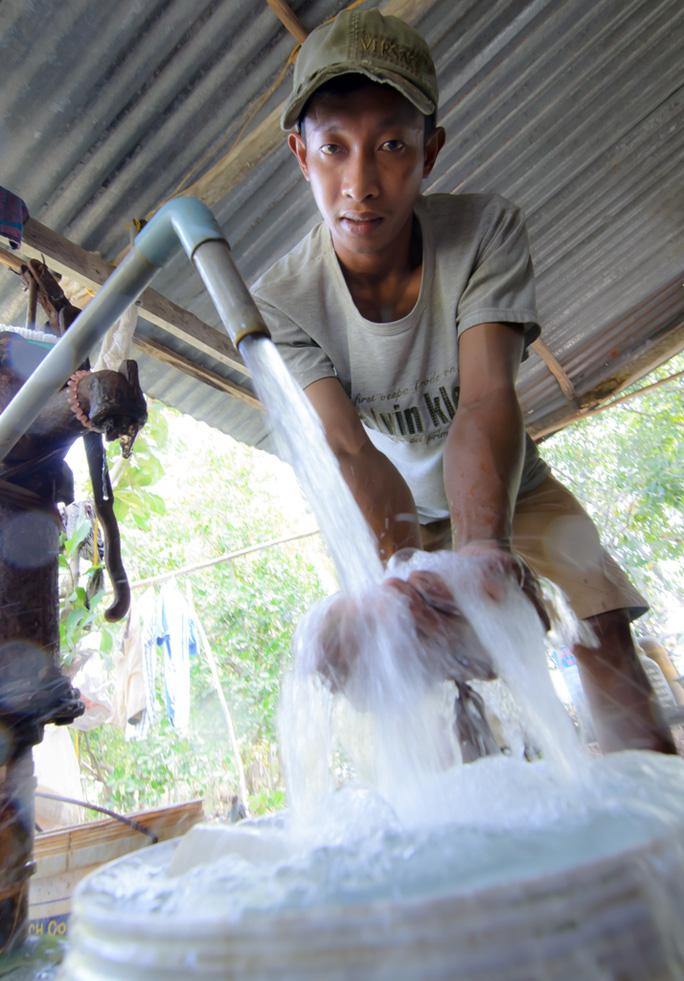 Nước giếng cũng bị nhiễm mặn nên người dân huyện An Minh phải mua nước sinh hoạt với giá đắt đỏ