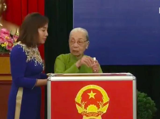 Cụ Lê Thị Sáu bỏ phiếu đầu tiên - Ảnh: Nguyễn Quyết